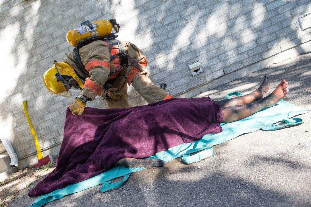 Nachdem das Haus der 20-jährigen Kathleen Smith angezündet wurde, ist ihr Gesicht ist bis zur Unkenntlichkeit verbrannt und es klafft eine tiefe Wun... - Bildquelle: Darren Goldstein Cineflix 2013