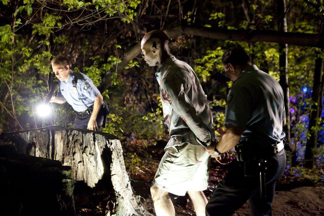 Mordserie im Park: Nach den tödlichen Schüssen auf zwei Männer im Park, nehmen die Polizisten einen Verdächtigen fest. Doch die Ermittler vermuten,... - Bildquelle: Darren Goldstein Cineflix 2011