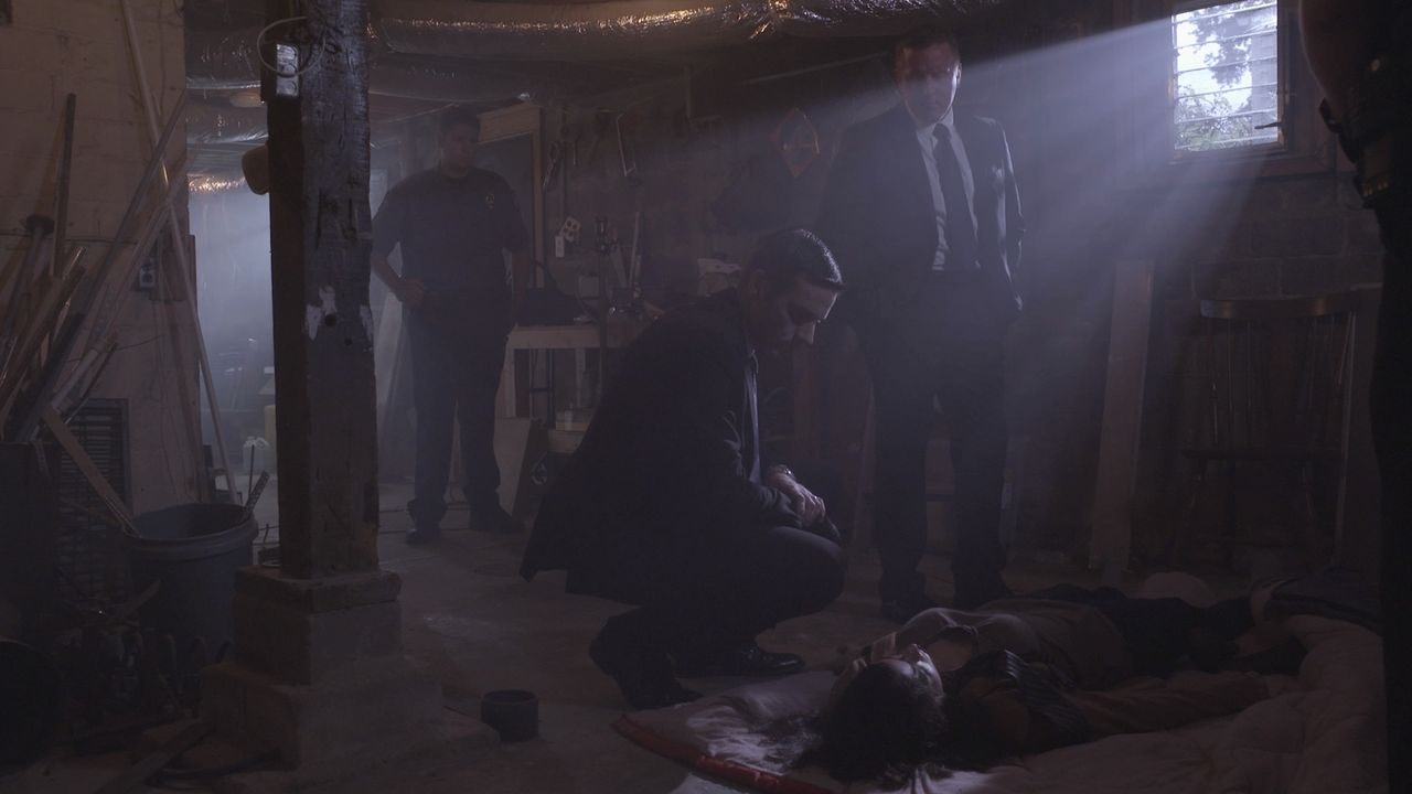 Wer hat die Teenagerin getötet? An einem zweiten Tatort in einem Keller finden Joe Kenda (Carl Marino, M.) und sein Team eine weitere Leiche. Wie hä... - Bildquelle: MMXV DISCOVERY COMMUNICATIONS, LLC.