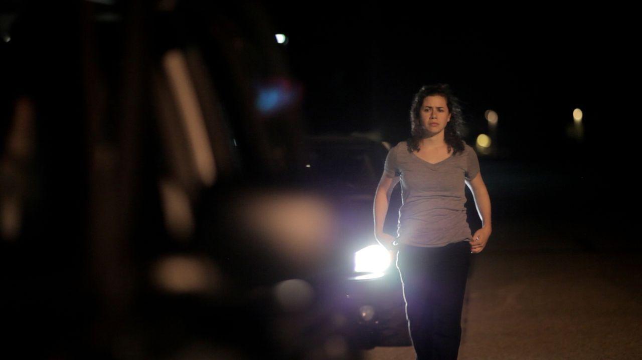 Im Visier ihres Mörders: Als Theresa Wesolowski am Abend nichtsahned am Straßenrand entlang geht, wird sie kurze Zeit später von jemanden erstochen.... - Bildquelle: LMNO Cable Group