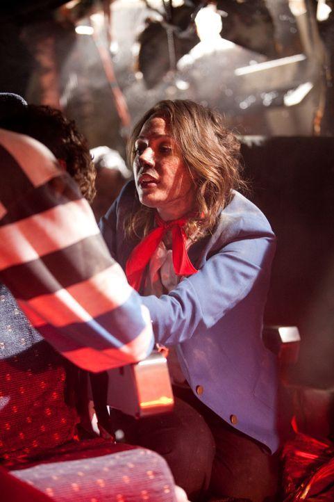 Erste Hilfe: Flugbegleiterin Sonia Hartwick (Shauna Bradley) versucht nach dem Absturz von Flug 1363 einem Passagier  zu helfen. 21 von 65 Flugästen... - Bildquelle: Darren Goldstein Cineflix 2009