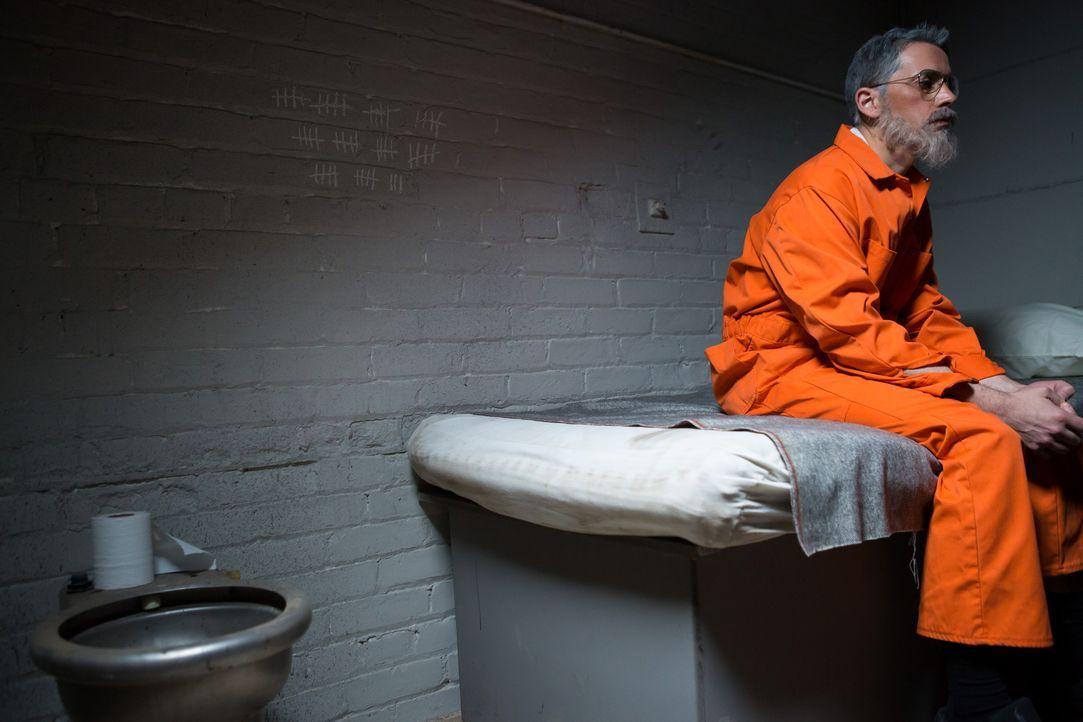 Hinter Gittern: Psychiater und Ex KISS-Manager Jesse Hilsen (Louis Adams) wurde gefasst und sitzt nun im Gefängnis ein. - Bildquelle: 2014 CINEFLIX (INVESTIGATORS) INC.