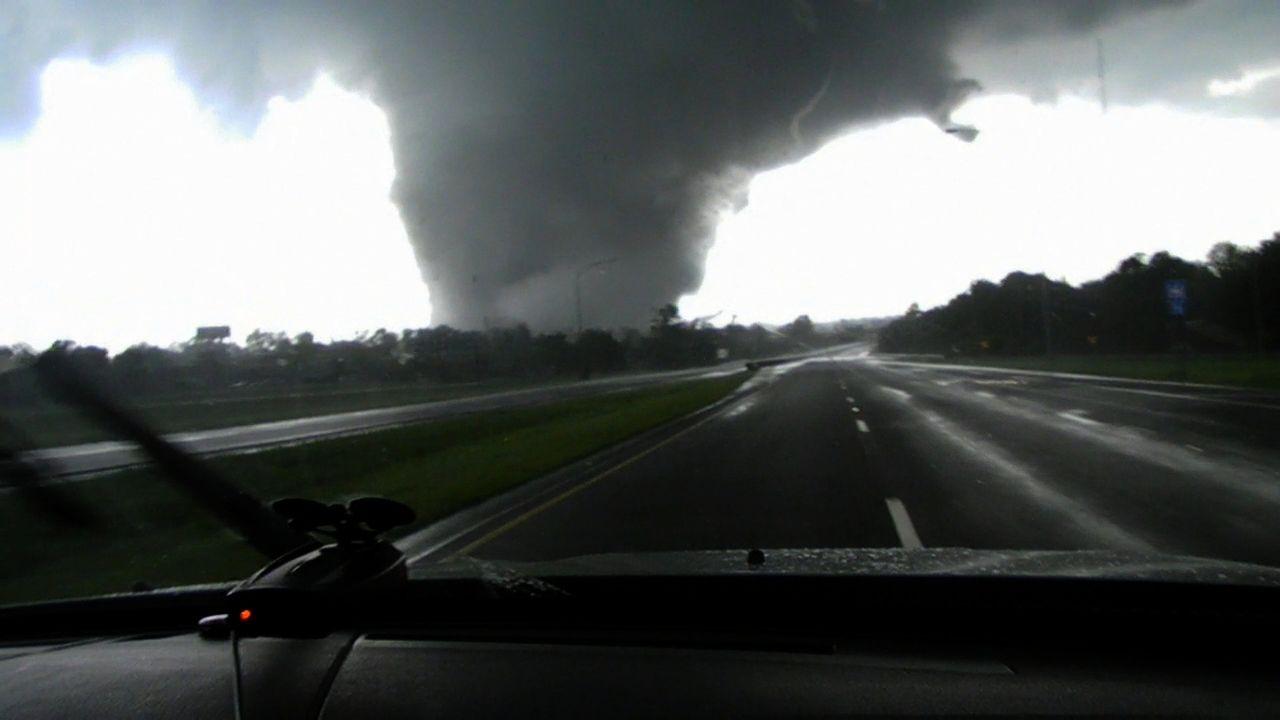 Im April 2011 verwüstet ein Tornado die Stadt Tuscaloosa, Alabama, sowie die umliegenden Gebiete. Der Sturm nimmt eine Geschwindigkeit von über 300...
