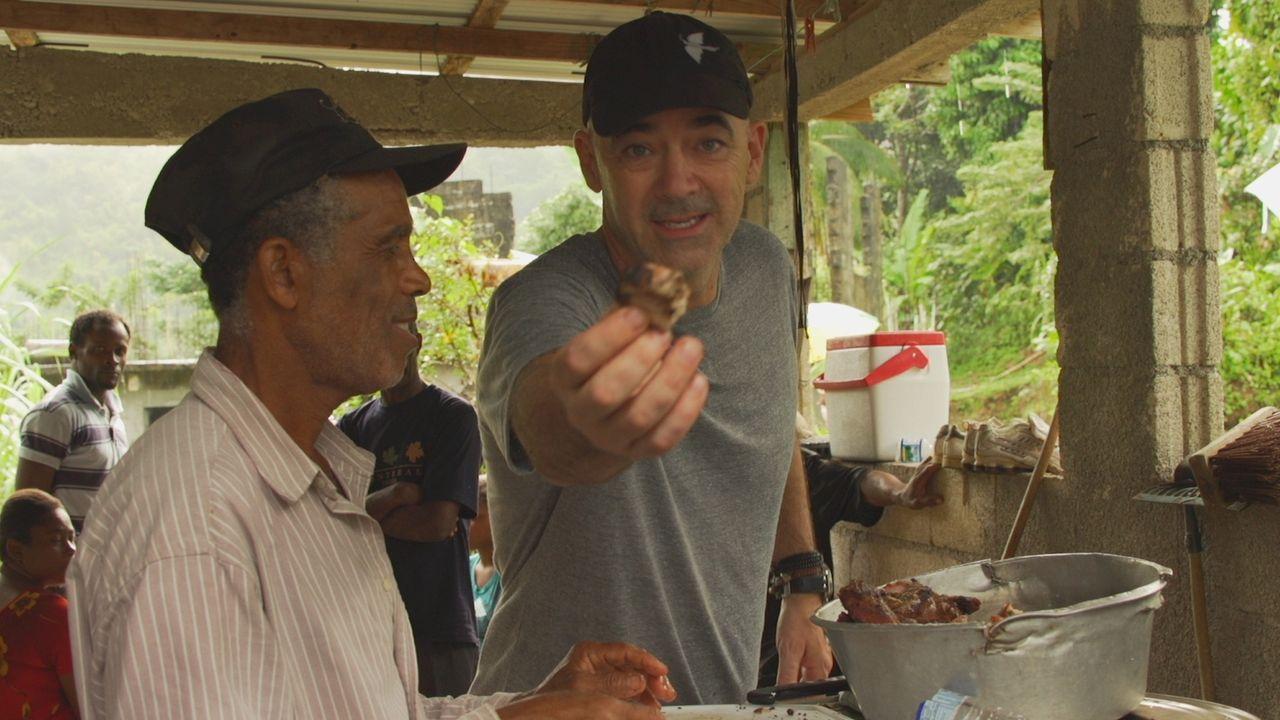 Für seine neueste Kaffeegetränk-Erfindung reist Todd (r.) nach Jamaika. Dort findet er den berühmten Blue Mountain Kaffee. Nebenbei erkundet er die... - Bildquelle: 2015, The Travel Channel, L.L.C. All Rights Reserved.
