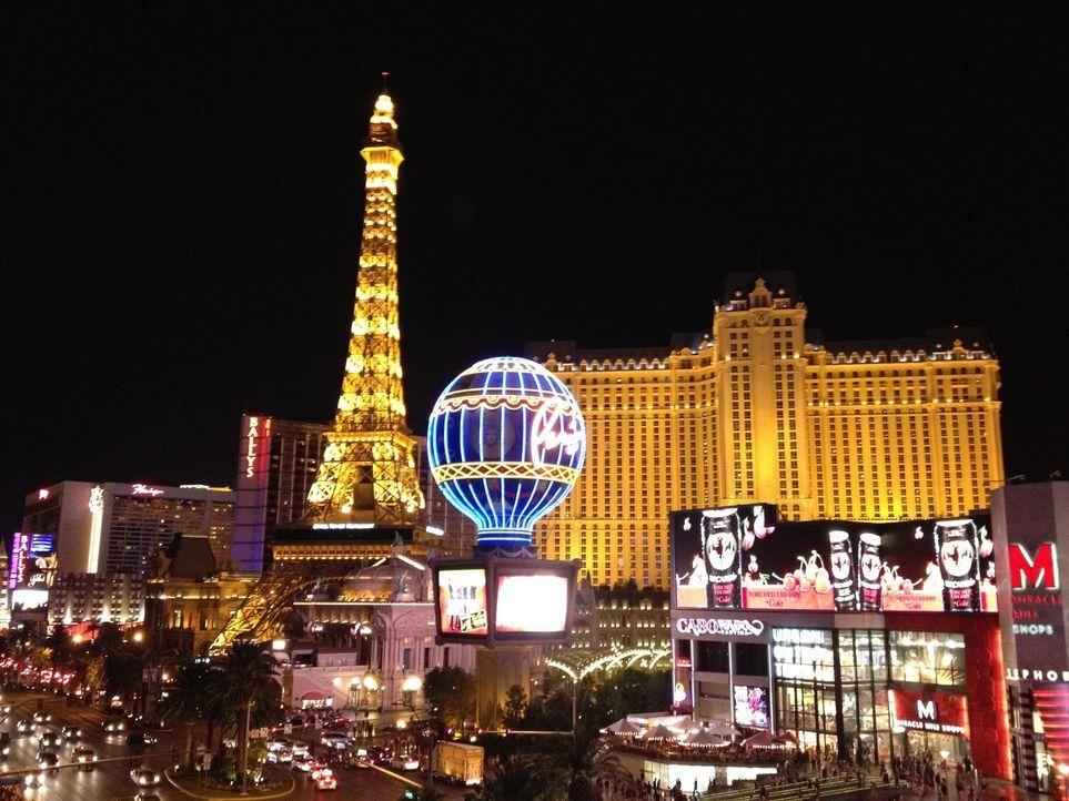 Don Wildman nimmt in Las Vegas einen Pokerchip genauer unter die Lupe, der ein besonderes Geheimnis trägt. - Bildquelle: 2012,The Travel Channel, L.L.C. All Rights Reserved