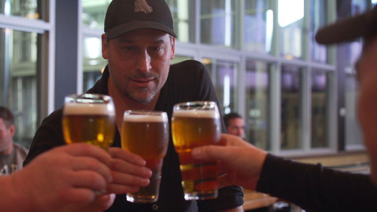 Todd erforscht die Eigenheiten Islands und ist auf der Suche nach dem einzigartigen Kaffee-Bier ... - Bildquelle: 2015, The Travel Channel, L.L.C. All Rights Reserved.