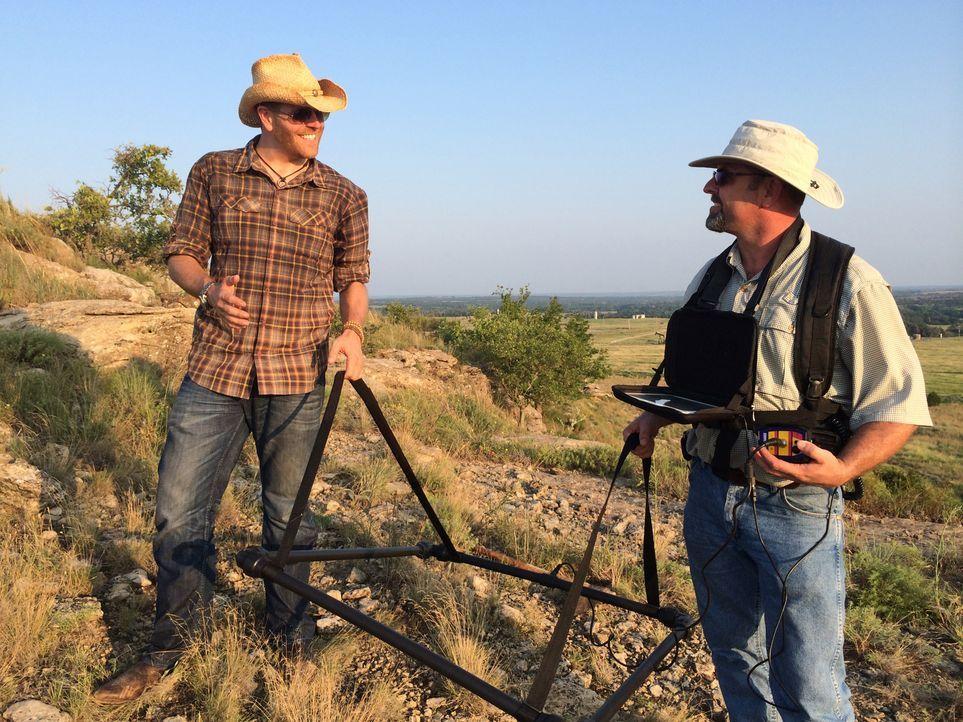Außerhalb von Buzzard's Roost, Oklahoma, versuchen Abenteurer Josh Gates (l.) und Jamie Dotson (r.) mit Hilfe neuester Technik das verschollene Gold... - Bildquelle: 2015, The Travel Channel, L.L.C. All Rights Reserved.