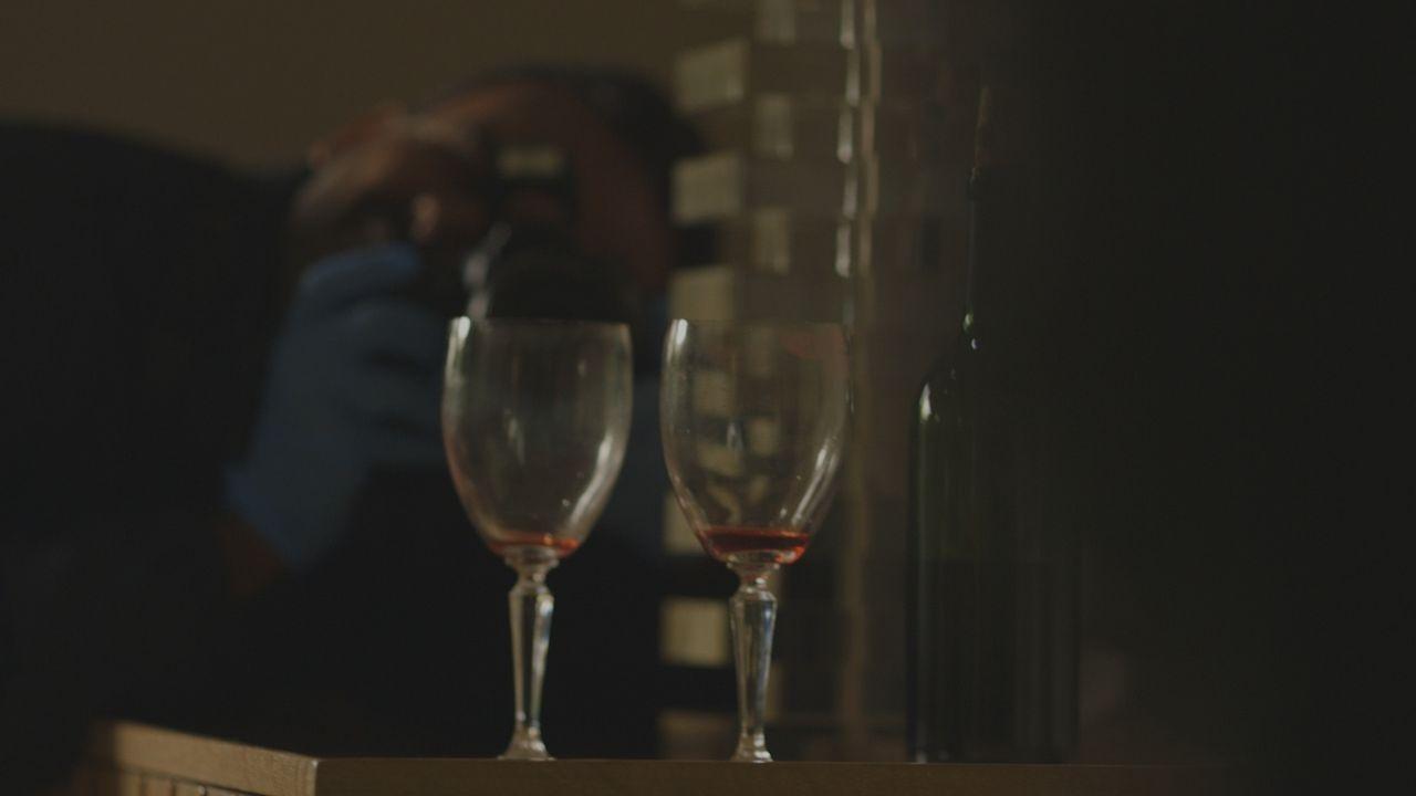 Geben Lippenstift- und Fingerabdrücke an den Weingläsern in David Stevens Wohnung Hinweise auf seinen Mörder? Oder ist die Polizei dem bzw. der Fals... - Bildquelle: LMNO Cable Group