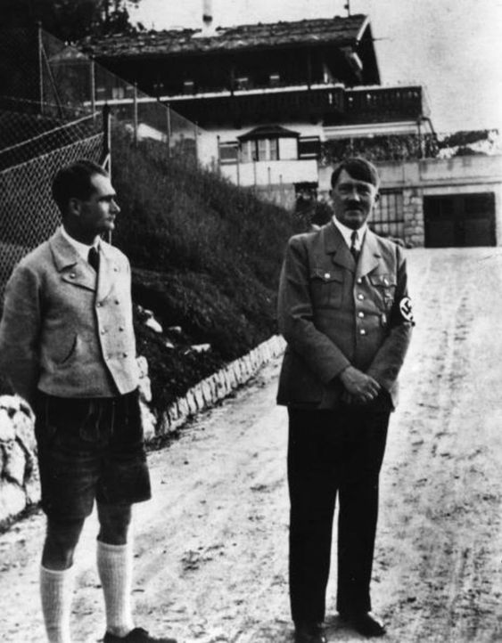 1940: Rudolf Hess (l.) besucht Hitler (r.) in Haus Wachenfeld am Obersalzberg ... - Bildquelle: Fox Photos/Getty Images