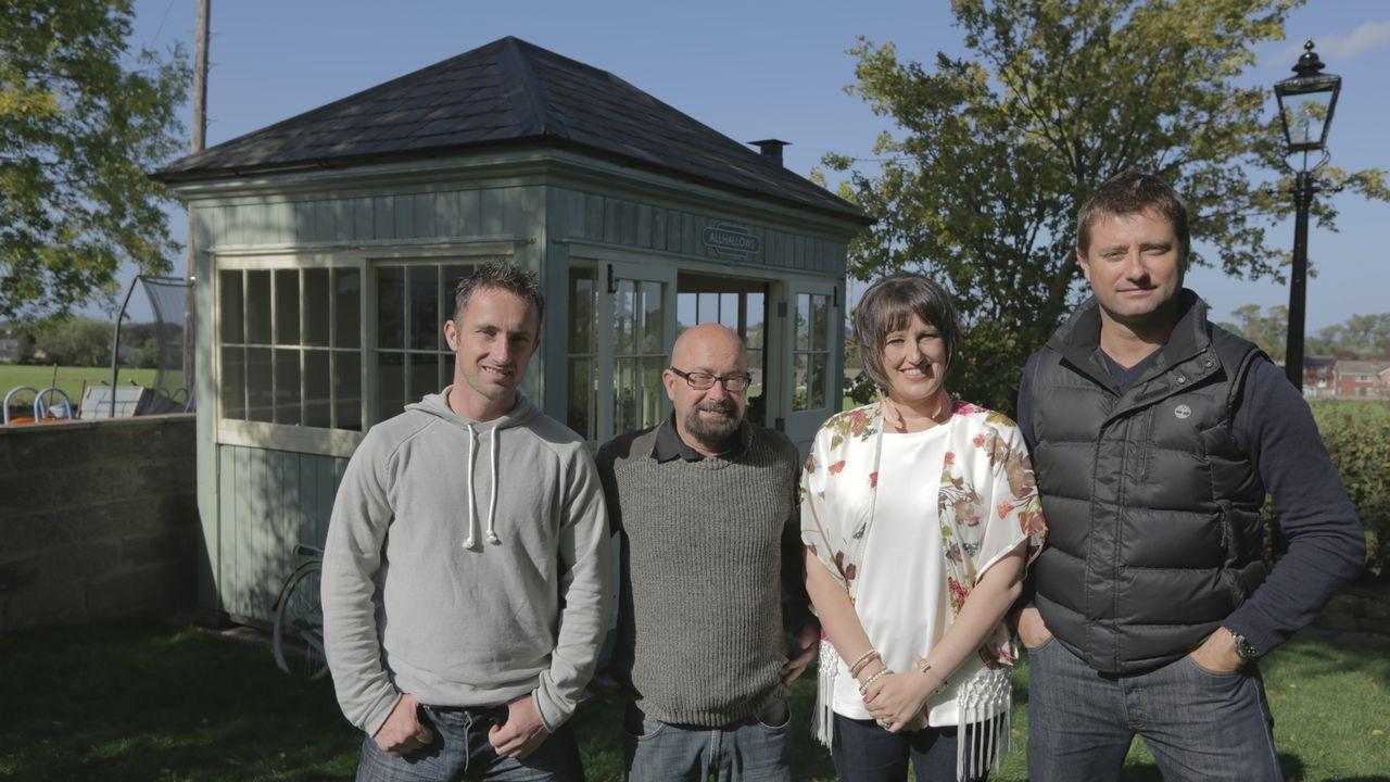 George (r.) trifft  Richard (l.), Harry (2.v.l.) und Corinne (2.v.r.), die ein viktorianisches Stellwerk in ein Gartenhaus für den Sommer umbauen wo... - Bildquelle: Plum Pictures