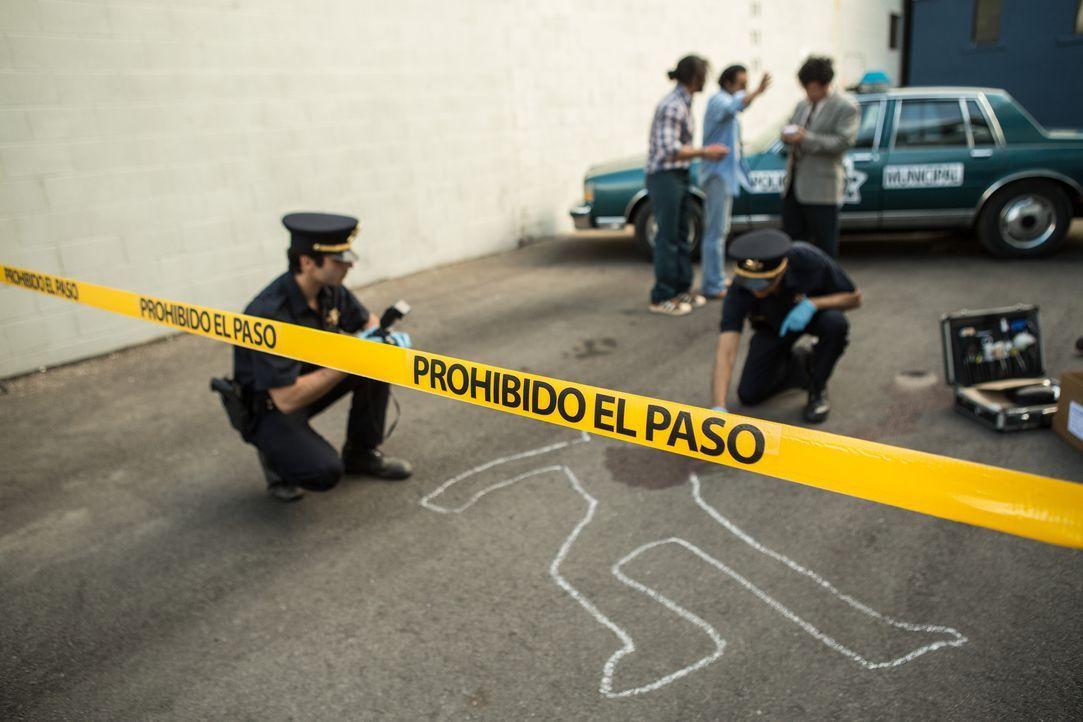 Weder die Polizisten (Door Nauth und Sam Hafezi), noch der Ermittler (Gustavo Valdez, hinten r.) konnten den Mord an dem Reporter Jarvier Montiel Ve... - Bildquelle: Darren Goldstein Cineflix 2015