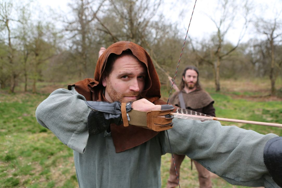 Um sich in den legendären Dieb Robin Hood hineinversetzen zu können, übt Abenteurer Josh Gates im Sherwood Forest das Schießen mit dem Langbogen ...... - Bildquelle: 2015,The Travel Channel, L.L.C. All Rights Reserved