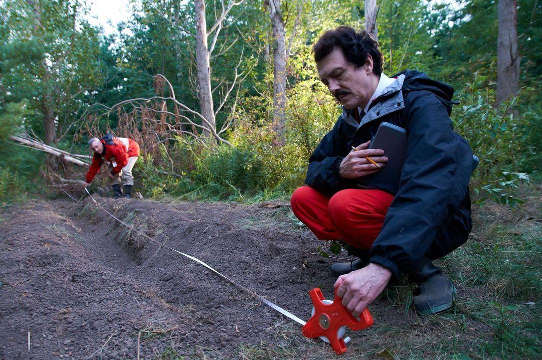 David Miller (Rob Trick, r.) und seine Kollegen untersuchen die riesige Furche, die die koreanische Maschine mit ihrer Tragfläche  beim Absturz veru... - Bildquelle: Steven Lungley Cineflix 2011