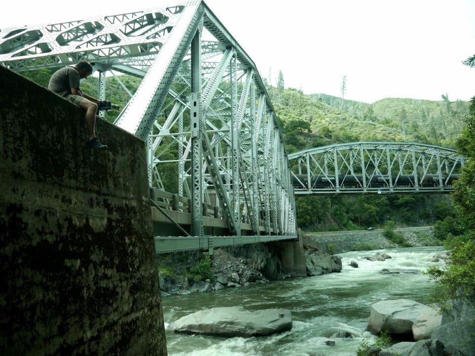 Das Auto im Fluss - Bildquelle: Susu Hauser Original Productions / Susu Hauser