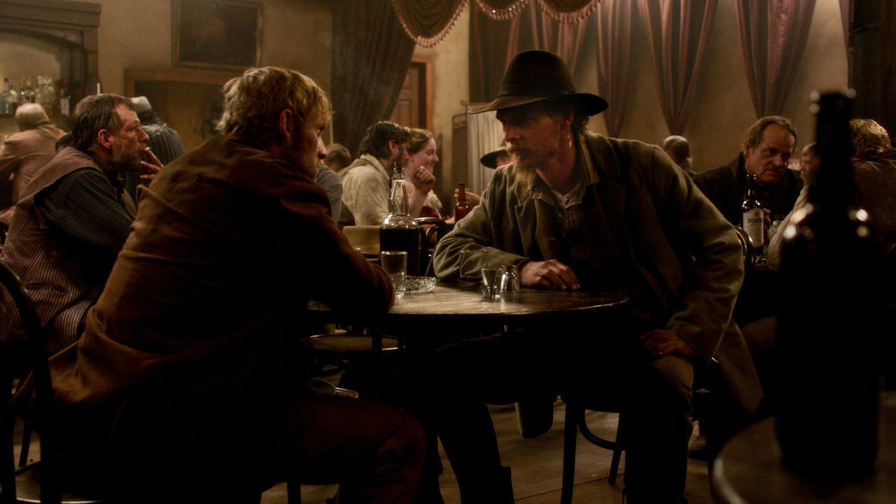 Zwischen 1865 und 1890 gehört der Westen Amerikas den Cowboys, Indianern, Gesetzlosen und Sheriffs, die sich in einer Welt voller Rauheit und Gewalt... - Bildquelle: 2016 AMC Film Holdings L.L.C