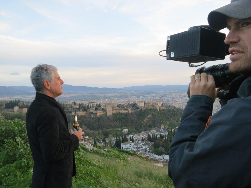 Während der Semana Santa - der heiligen Woche vor Ostern - reist Anthony Bourdain (l.) nach Andalusien in Spanien und verschafft sich über das Essen... - Bildquelle: 2013 Cable News Network, Inc. A TimeWarner Company. All rights reserved.