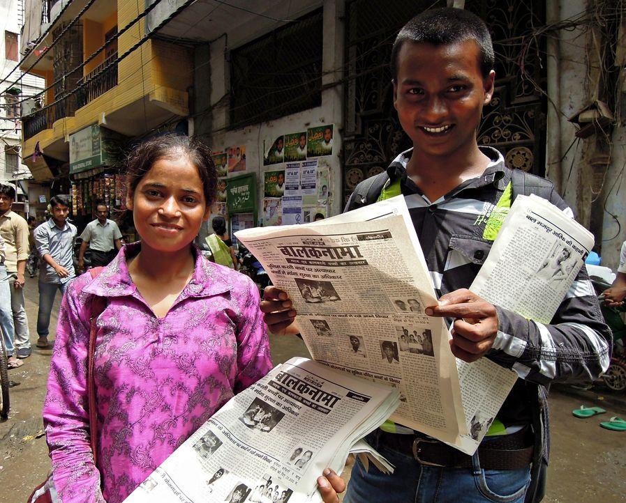 Sind stolz auf die 47ste Ausgabe ihrer Zeitung Balaknama (Children's Voice): Shanno (l.) und Vijay Kumar (r.) ... - Bildquelle: Quicksilver Media 2012