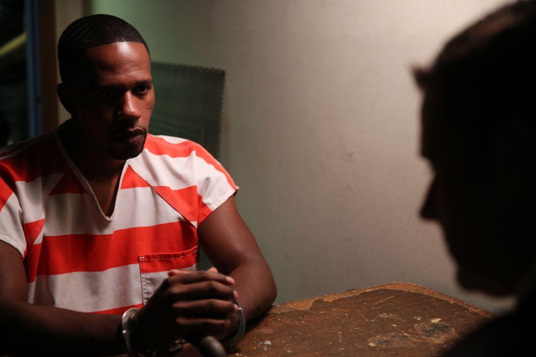 Kann Häftling Matt Smith (TJ Jackson, l.) Ermittler Lt Joe Kenda (Carl Marino, r.) helfen, den Mord an seinem Freund George Ferribee aufzuklären? Wa... - Bildquelle: Jupiter Entertainment