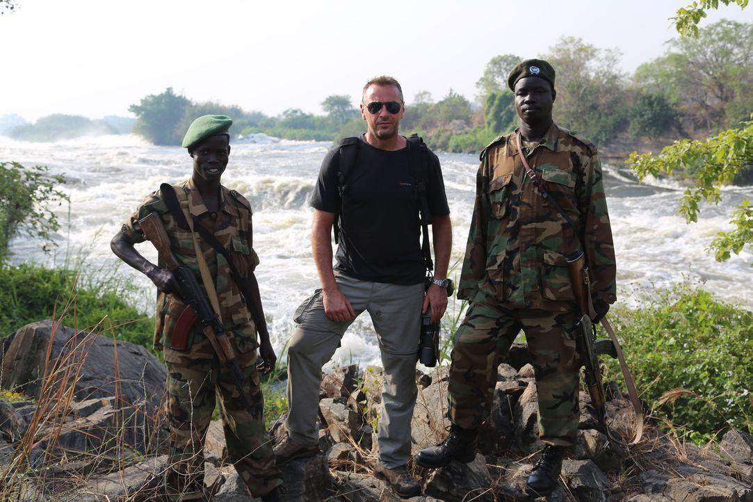 Reporter Tom Waes (M.) macht sich auf den Weg in den Südsudan - einen Ort, um den der Pauschaltourist einen Riesenbogen macht. Dort erlebt er unglau... - Bildquelle: 2013 deMENSEN