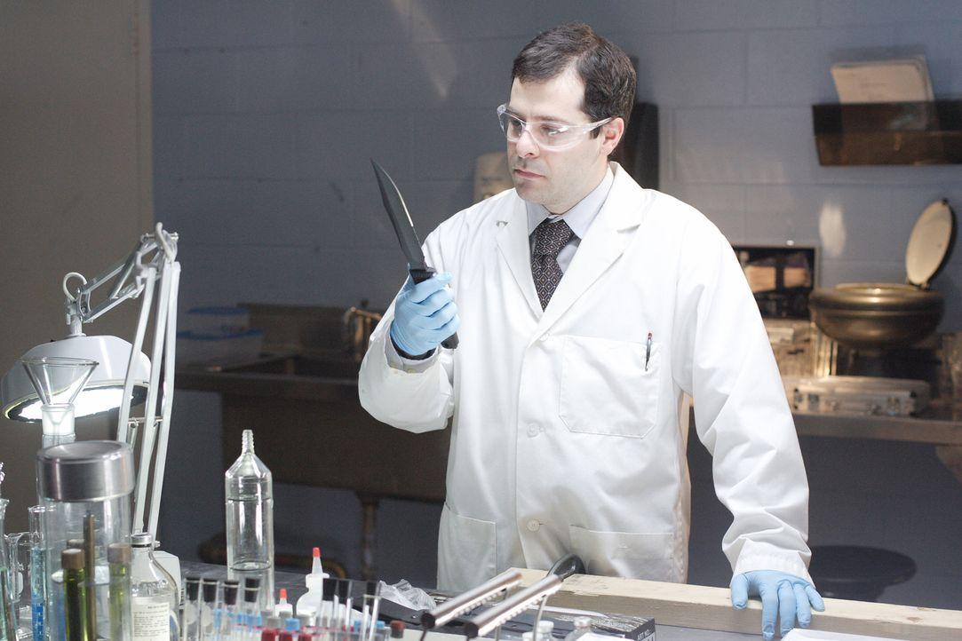 Nach dem Mord an zwei Uni-Professorene untersucht Kriminaltechniker Timothy Pifer (Dwayne Micallef) die Mordwaffe und findet wichtige Spuren: den Fi... - Bildquelle: Ian Watson Cineflix 2008