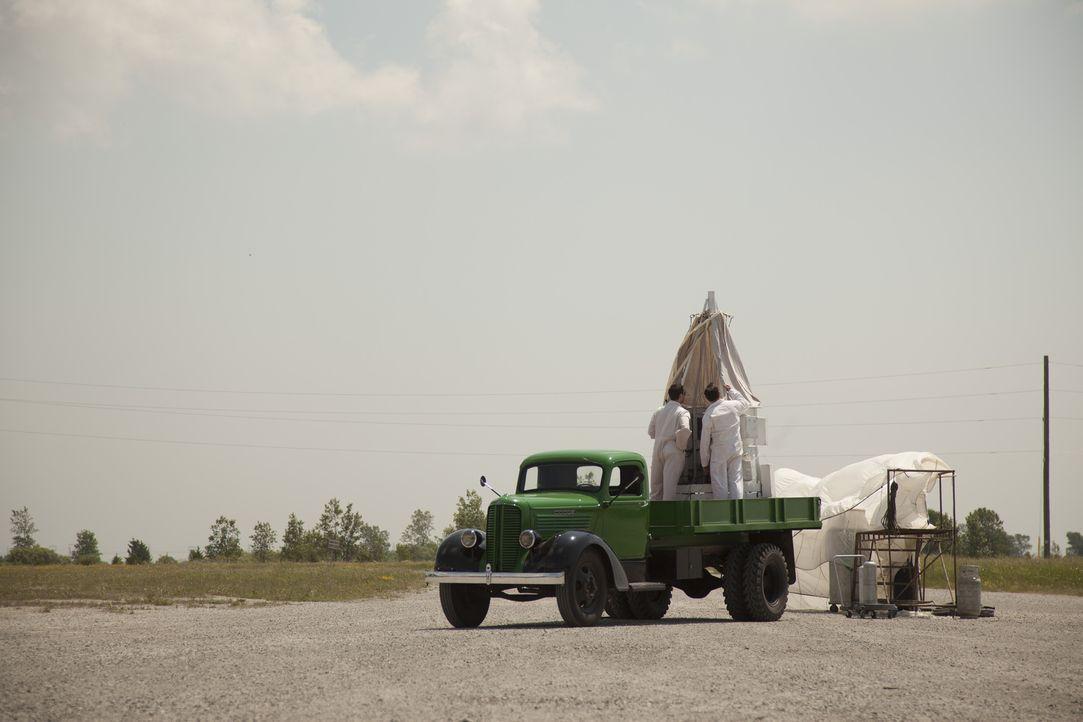 Joe Kittinger stellte sich in den 50er Jahren als Testpilot zur Verfügung. Die Air Force wollte herausfinden, wie der menschliche Körper große Höhe... - Bildquelle: DHH Productions Inc.
