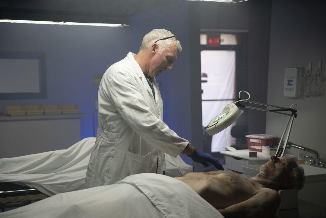 Der Leichnam eines 72-jährigen Mannes mit 13 Stichwunden und nur mit Unterwä... - Bildquelle: Jupiter Entertainment, 2018