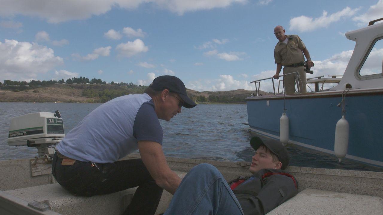 Nach dem Bootsunfall auf dem Lake Buchanan in Texas finden die Wildhüter den schwer verletzten Jim Daniels (M.) auf dem Boot. Doch was ist mit den b... - Bildquelle: LMNO Cable Group