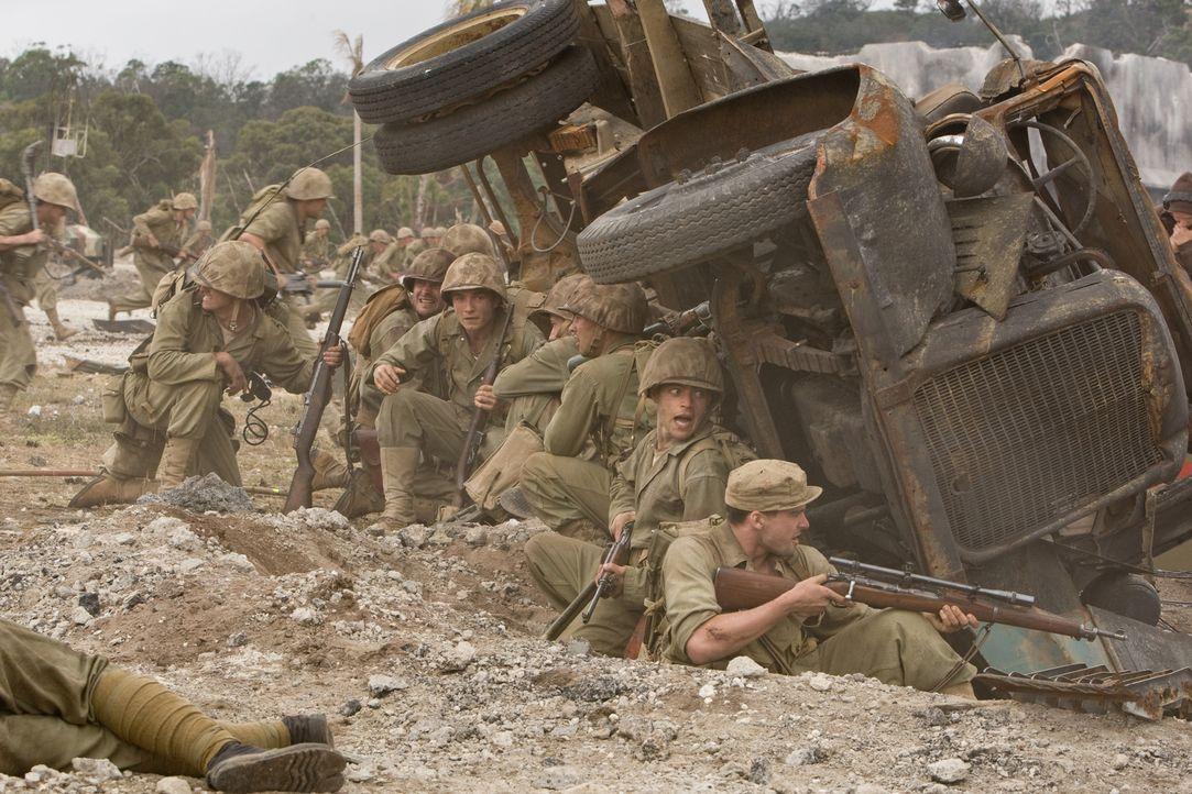 Trotz einer unvorstellbaren Hitze und des Mangels an sauberem Trinkwasser müssen die jungen Marines in den Kampf um den Flughafen von Peleliu ziehen... - Bildquelle: Home Box Office Inc. All Rights Reserved.
