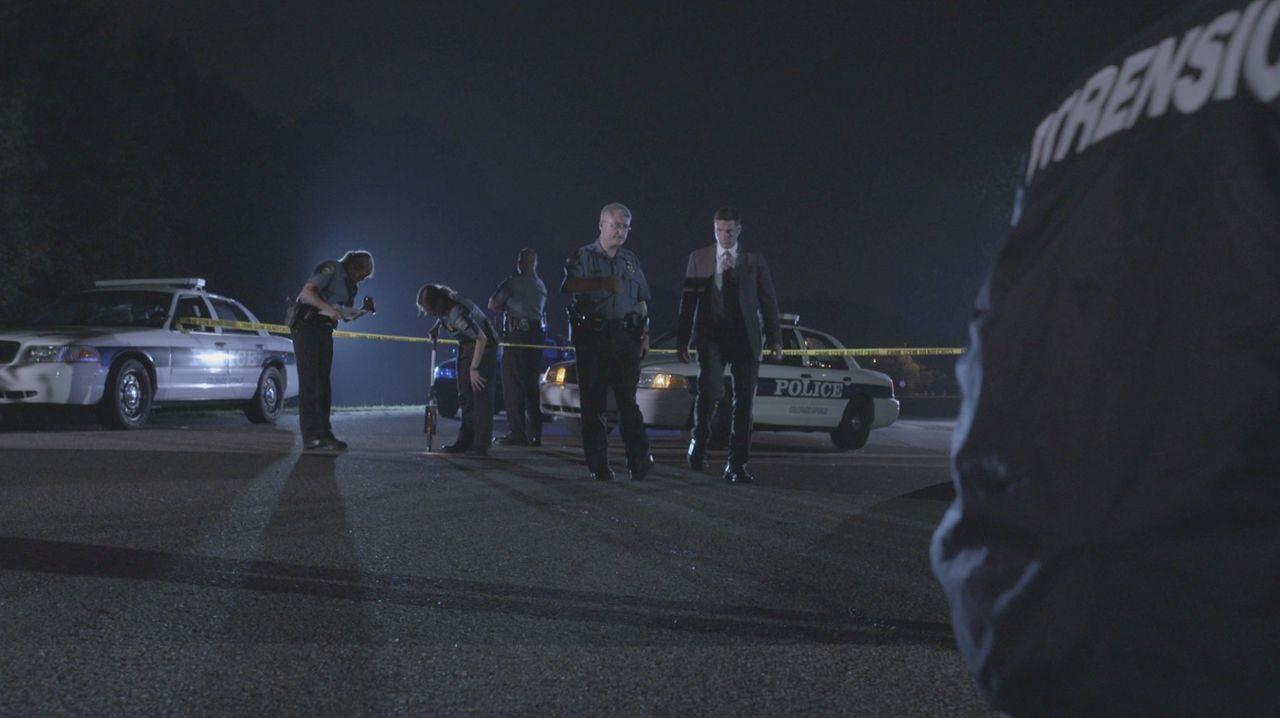 Lt. Joe Kenda (Carl Marino, r.) wird zu einem Tatort im teuren Stadtteil von Colorado Springs gerufen. Eine zweifache Mutter wurde ermordet. Als Ken... - Bildquelle: Jupiter Entertainment