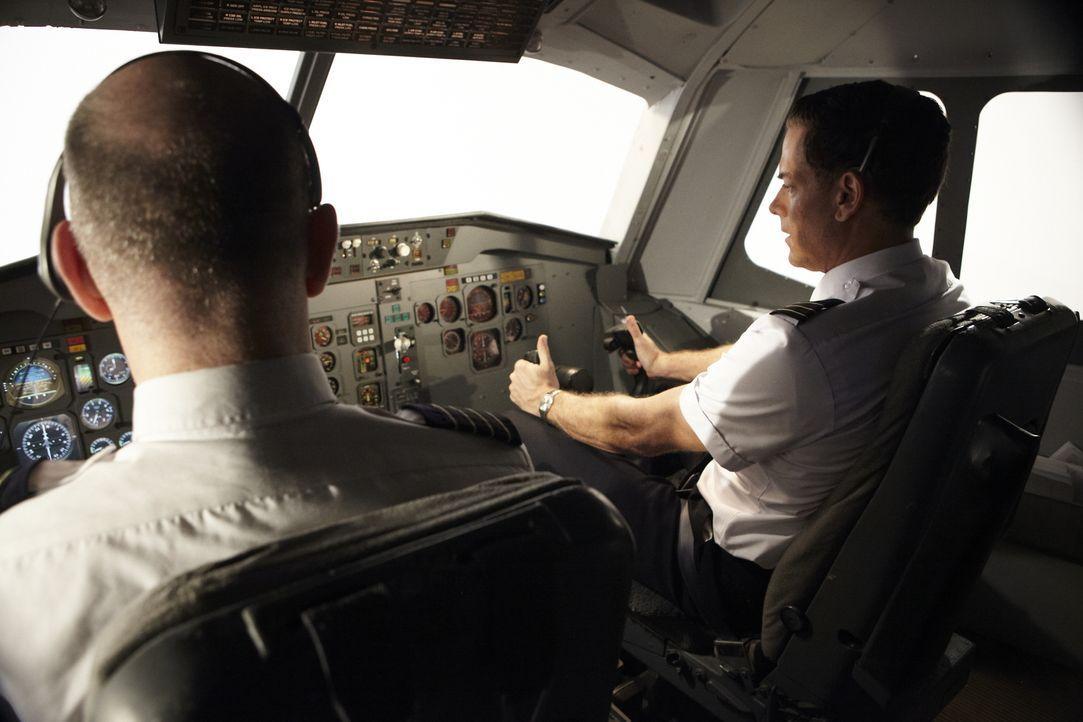 Auf ihrem Flug von Denver nach Philadelphia explodiert eines der drei Triebwerke. Kurze Zeit später müssen Kapitän Al Haynes (Stewart Arnott, l.) un... - Bildquelle: Ian Watson Cineflix 2011