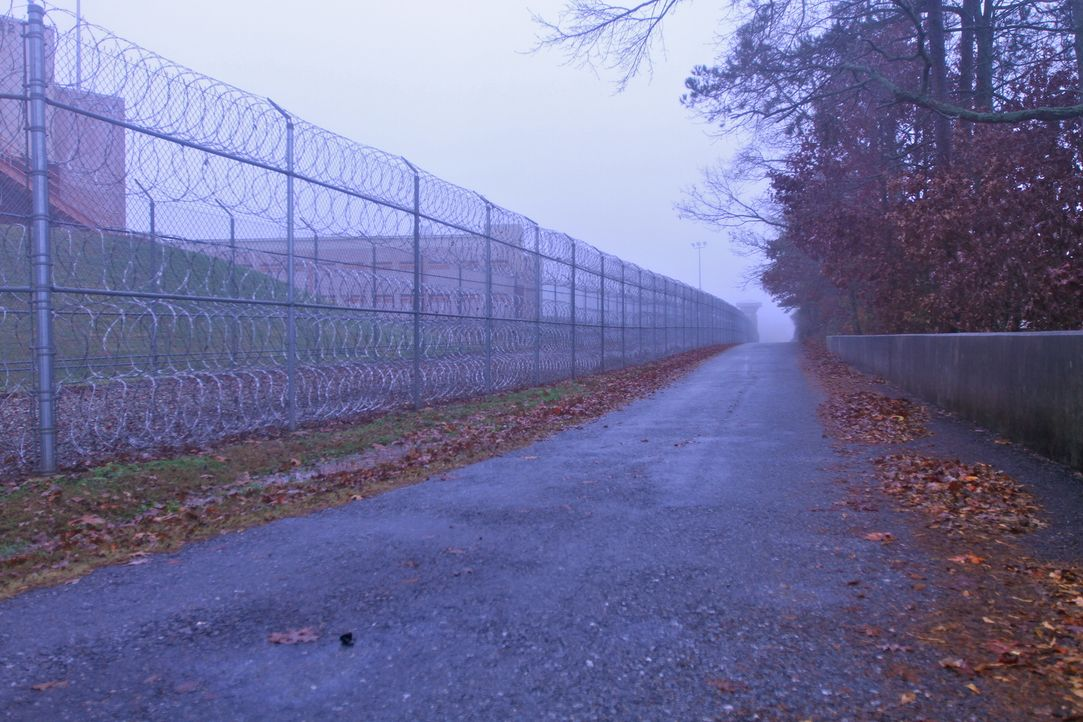 Hinter Gittern laufen die Uhren anders ... - Bildquelle: Nora Ballard part2pictures