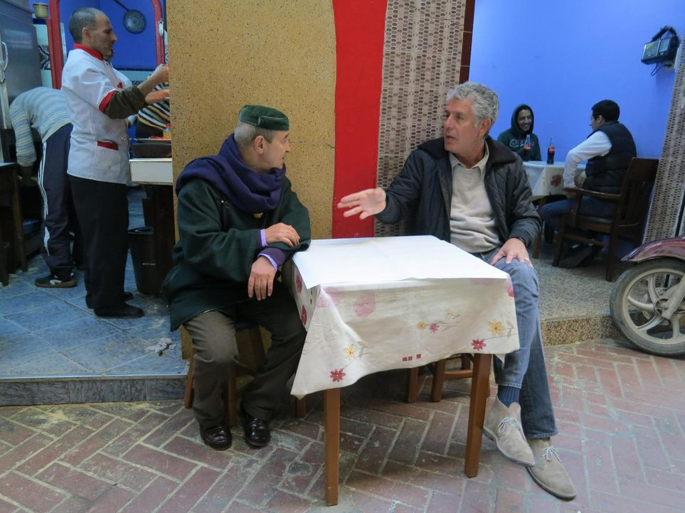 Auf seiner kulinarischen Reise entdeckt Anthony Bourdain (r.) das marokkanische Tangier ... - Bildquelle: 2013 Cable News Network, Inc. A TimeWarner Company. All rights reserved.