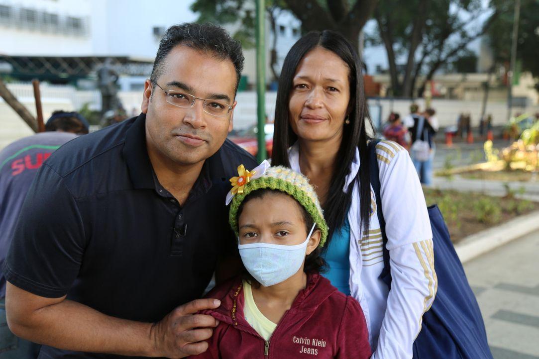 Die kleine Maria de Los Angelez und ihre Mutter Yoli (r.). Maria hat Hirntumore und Epilepsie. Durch den Mangel an Anti-Krampf-Medikamenten wie Tril... - Bildquelle: Quicksilver Media