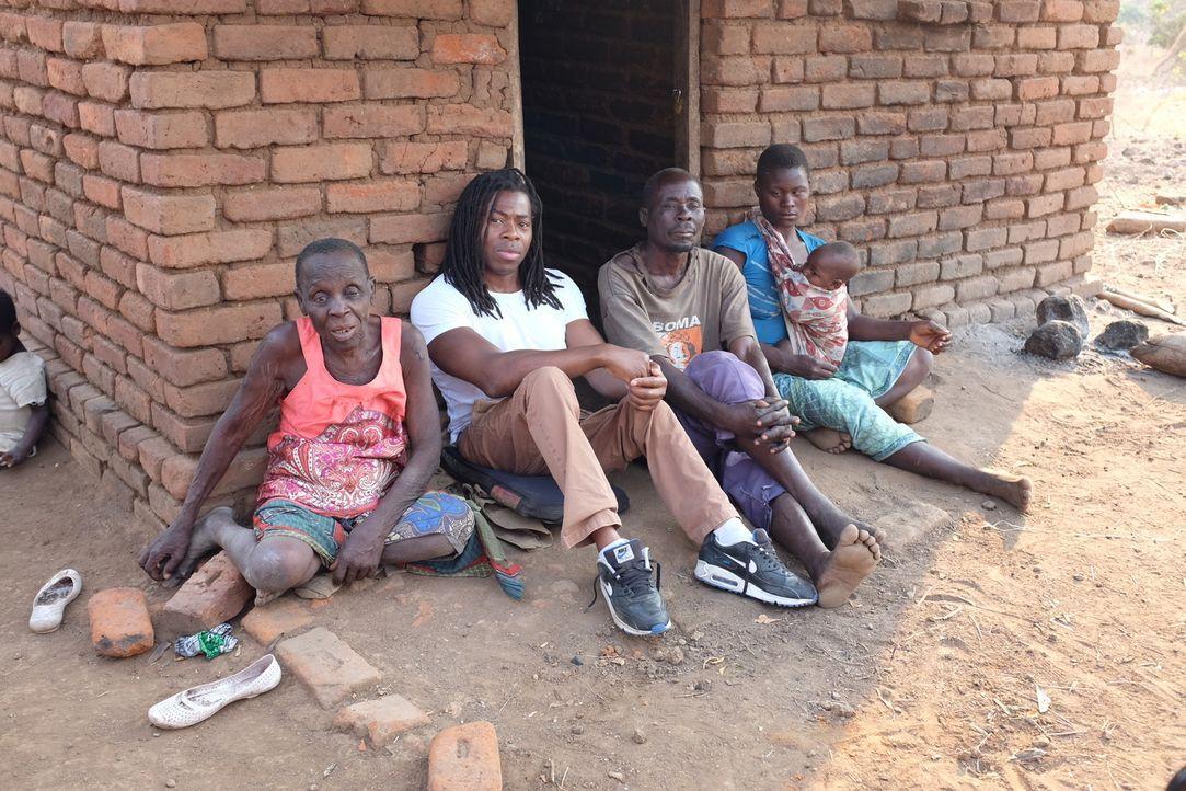 Malawi ist ein extrem armes afrikanisches Land, in dem es nicht nur an Nahrung, sondern auch an ärztlicher Versorgung fehlt. Ade Adepitan (2.v.l.) r... - Bildquelle: Quicksilver Media