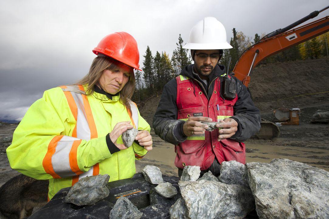 Chefin Claudia Bunce (l.) und ihr Mitarbeiter Mike Mee (r.) suchen in dem 35-Seelen-Dorf Jade City in British Columbia nach den wertvollen Edelstein... - Bildquelle: JADE PRODUCTIONS LTD.