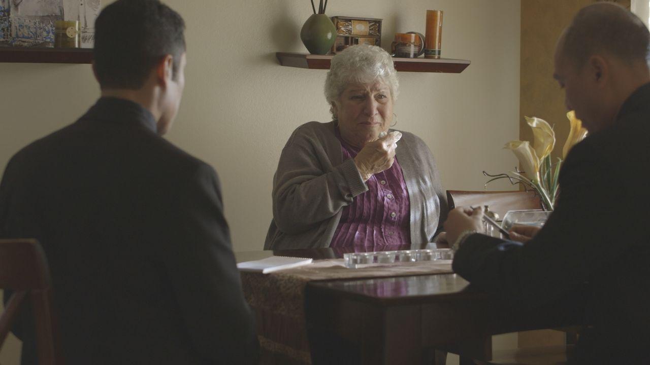 Sasha Mermans Mutter (M.) ist geschockt, als sie vom Tod ihres Sohnes erfährt. Auch sie kennt keine Feinde oder Menschen, die ihrem Sohn so etwas an... - Bildquelle: LMNO Cable Group