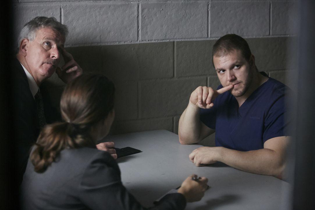 Nach dem Mord an der beliebten Lehrerin Marilyn Habian in ihren Haus, befragen die Ermittler Ken Kucinski (McManus, l.) und Sue Schmid (Amanda Riche... - Bildquelle: Ian Watson Cineflix 2015