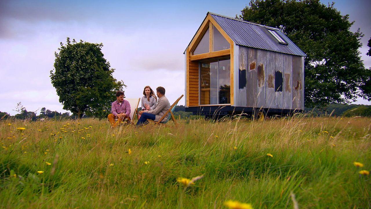 George Clarke (r.) unterstützt ein junges Paar (l.) bei ihrem ganz besonderen Plan. Die Zwei wollen ein Haus aus Schrott bauen, das sie nicht einen... - Bildquelle: Plum Pictures Limited MMXV