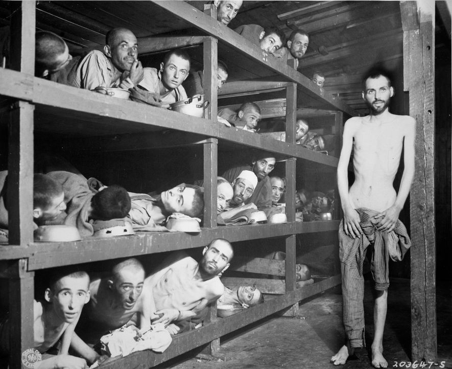 April, 1945: Überlebende im KZ Buchenwald, eines der größten Konzentrationslager auf deutschem Boden ... - Bildquelle: US National Archives