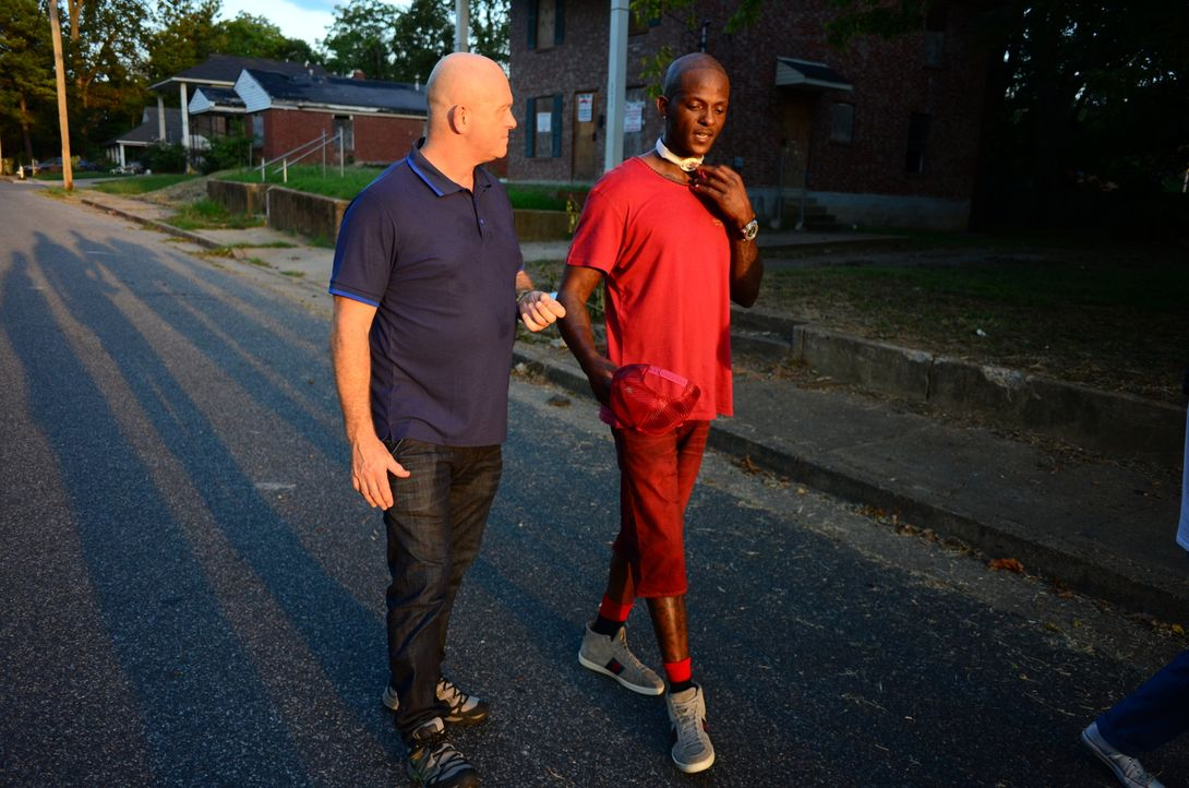 Der 34-jährige Mack (r.) ist im Norden von Memphis aufgewachsen. Ihm wurde bereits in den Nacken geschossen und er saß sechs Jahre wegen Drogendeale... - Bildquelle: Freshwater Films Ltd 2015
