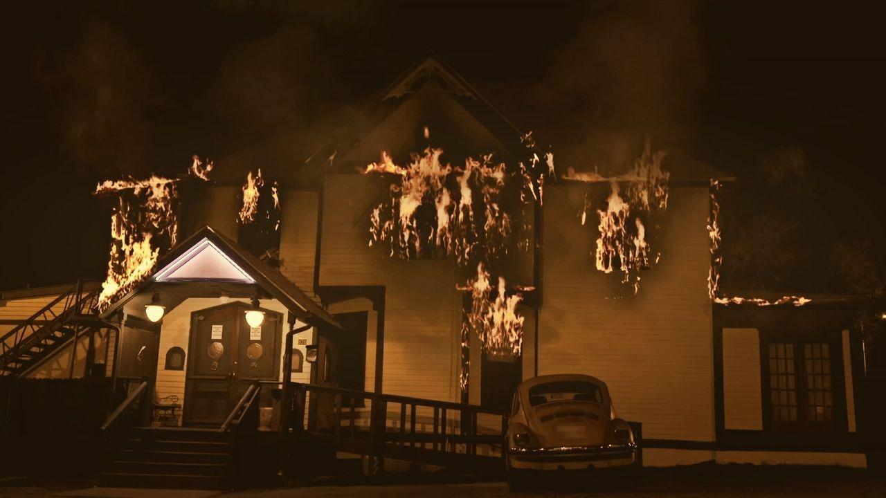 Nach einem Großbrand entdecken die Retter einen leblosen Körper in dem abgebrannten Haus. Als Lt. Joe Kenda erfährt, dass die tödlichen Flammen kein... - Bildquelle: Jupiter Entertainment