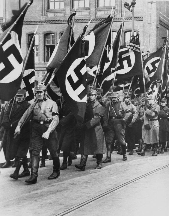 Die Sturmabteilung (SA) spielte als Ordnertruppe eine entscheidende Rolle beim Aufstieg der Nationalsozialisten, indem sie deren Versammlungen vor G... - Bildquelle: Keystone KEYSTONE FRANCE