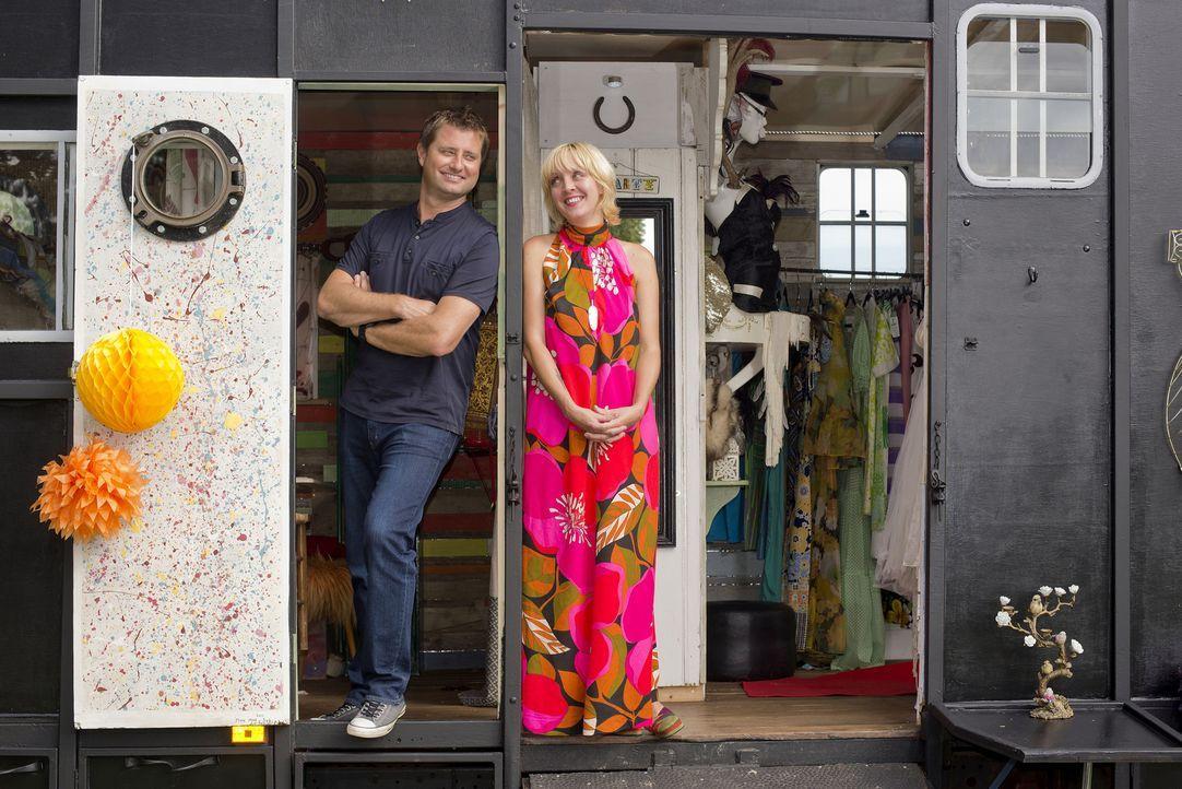 George Clarke (l.) besucht Chloe Le Fay aus Old Heathfield (r.), die eine alte Pferdebox in ein kleines Geschäft und mobiles Zimmer für ihre beiden... - Bildquelle: Andrew Hasson / UNP 01274 412222