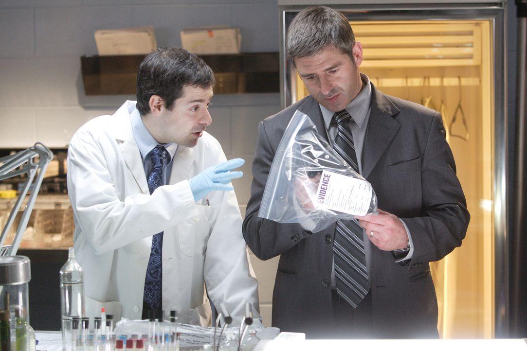 Führt die Waffe die Ermittler zum Täter? Forensiker Pifer (Dwayne Micallef, l.) zeigt Ermitter Chuck West (Brad Siciliano, r.) das Messer, auf dem e... - Bildquelle: Ian Watson Cineflix 2008