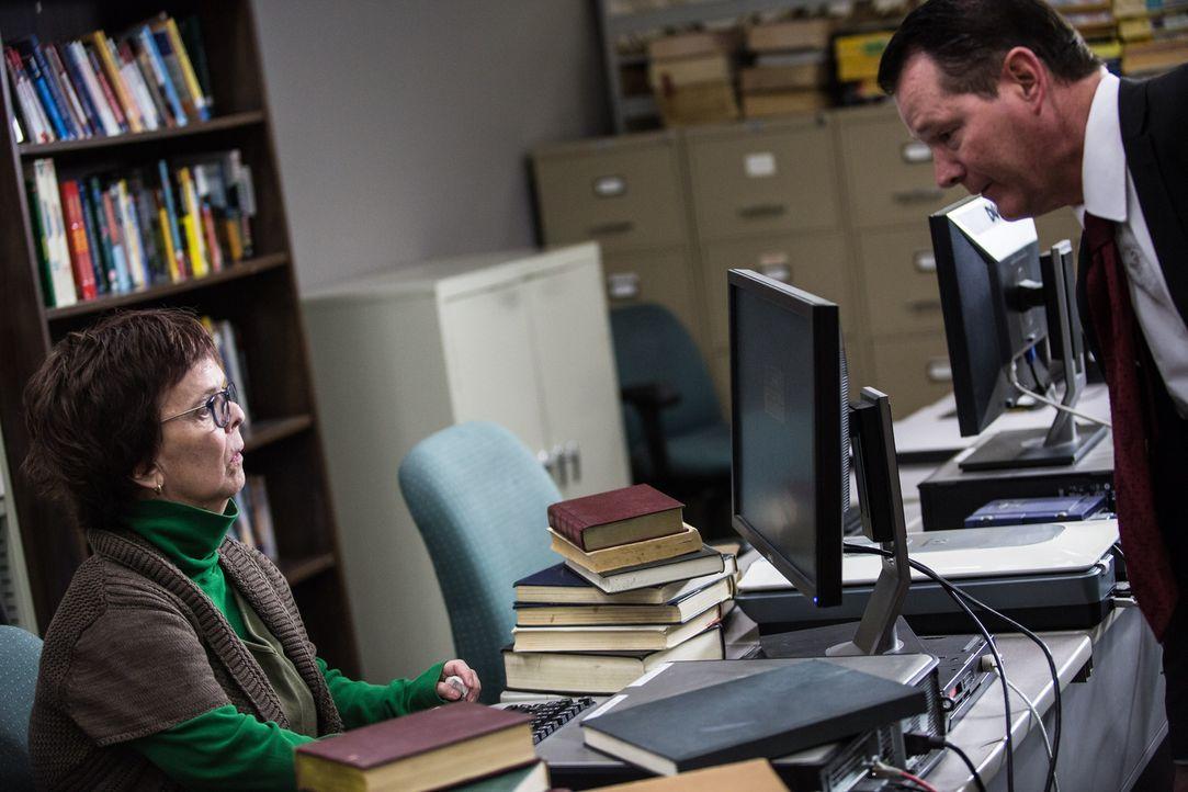 In einer Bibliothek in Texas sucht Steve Ramban (r.) nach einem ganz besonderen Jahrbuch. Kann die Bibliothekarin ihm helfen und auf der Spur nach d... - Bildquelle: Darren Goldstein Cineflix 2014
