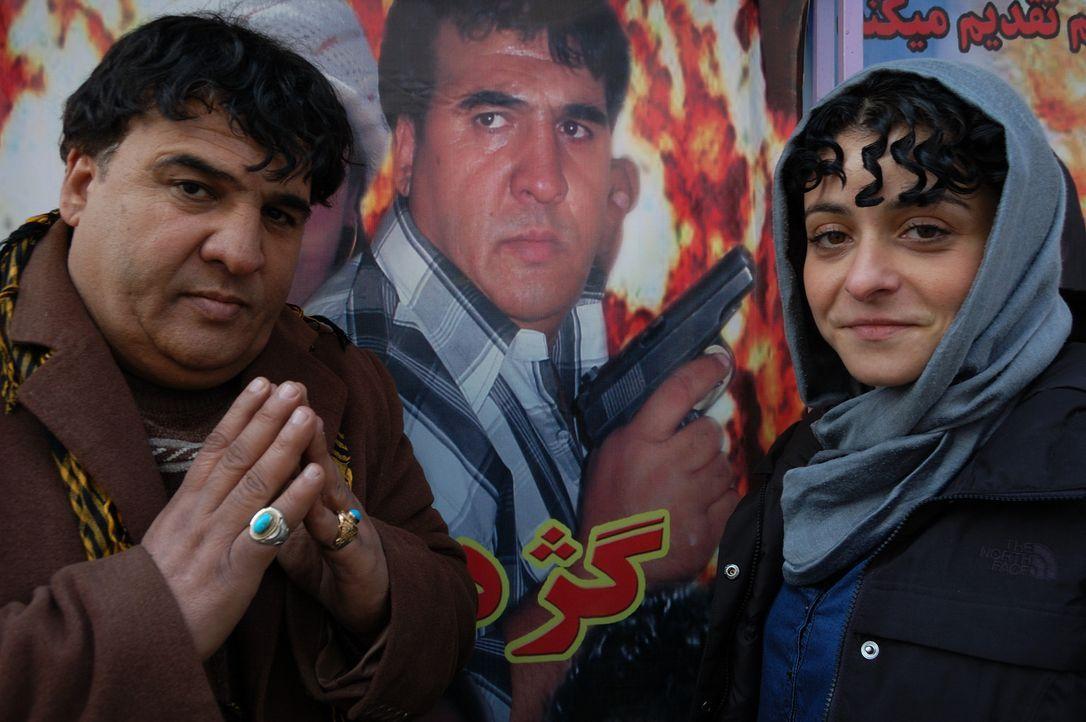 Filmemacher und Schauspieler Salim (l.) zeigt Reporterin Kleeman (r.) seine Lieblingsclips. Seine Filme sagen dem Terror und der Gewalt an Frauen de... - Bildquelle: Quicksilver Media 2012