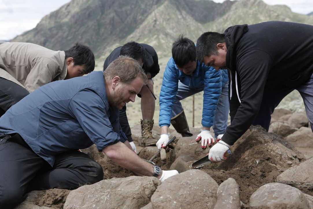 Führt das, was Josh Gates (l.), sein Übersetzer Dandii (2.v.r.) und Professor Mijiddorj (r.) dort in der Mongolei zutage fördern möglicherweise zum... - Bildquelle: 2015,The Travel Channel, L.L.C. All Rights Reserved