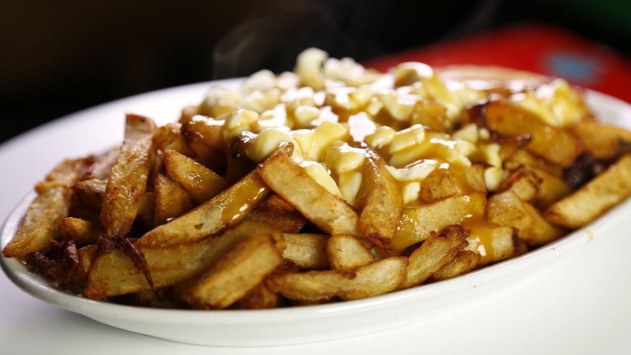 Die Küche Montreals vereint Geschmäcker der ganzen Welt. Der allseits beliebte Poutine (überbackene Pommes frites mit Käse und Bratensoße), geräuche... - Bildquelle: 2015, The Travel Channel, L.L.C. All Rights Reserved