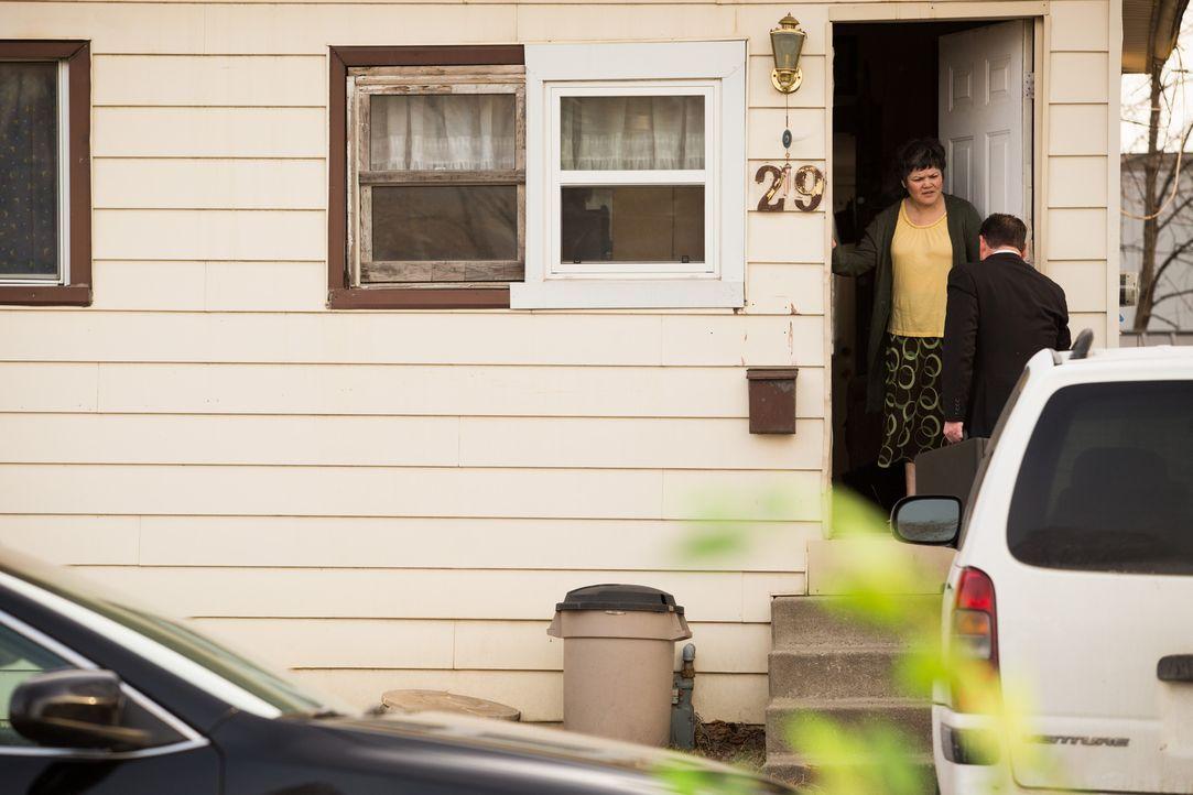 Privatdedektiv Steve Ramban (r.) besucht die Witwe (l.) des getöteten Automechanikers Carlos. Er wurde von der Versicherung beauftragt, die Wahrheit... - Bildquelle: Darren Goldstein Cineflix 2014
