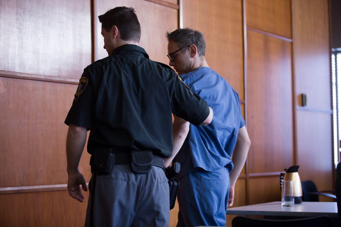 Seine Situation scheint ausweglos: Der New Yorker Anwalt Josef Myers (Foto) wird nach den erdrückenden Vorwürfen aus dem Gerichtssaal abgeführt. Pri... - Bildquelle: Darren Goldstein Cineflix 2014
